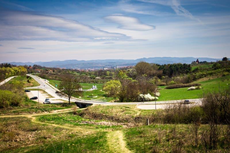Naturaleza en un parque en primavera temprana fotos de archivo