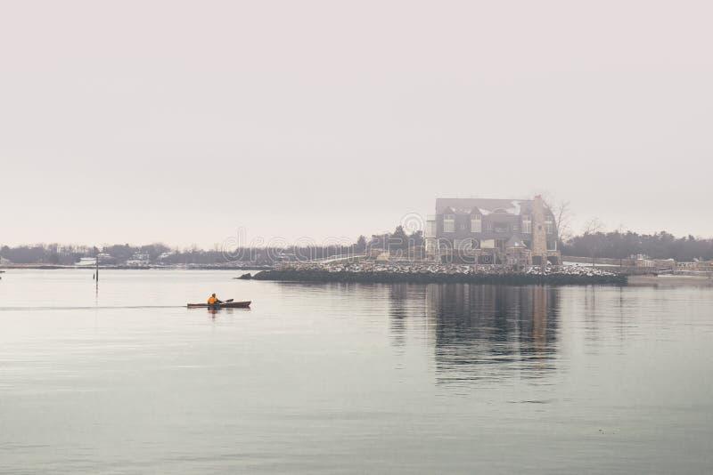 Naturaleza escénica de la orilla del océano del invierno con la casa en la niebla fotos de archivo