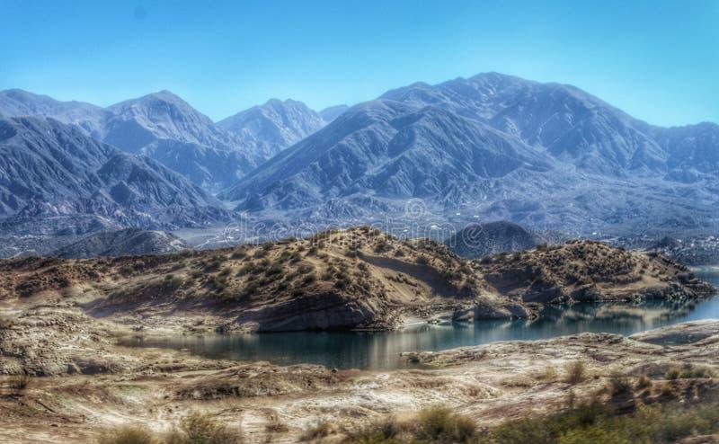 Naturaleza exterior impresionante paisaje paisajístico Lago azul fondo en Mendoza Argentina viajes destinos de belleza vacaciones foto de archivo libre de regalías