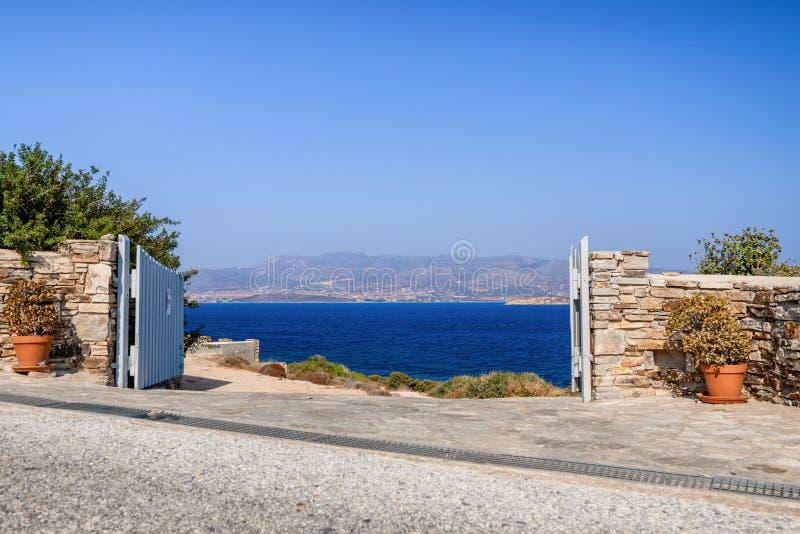 Naturaleza hermosa de la isla de Antiparos de Grecia con agua azul cristalina y las visiones que sorprenden imagen de archivo libre de regalías