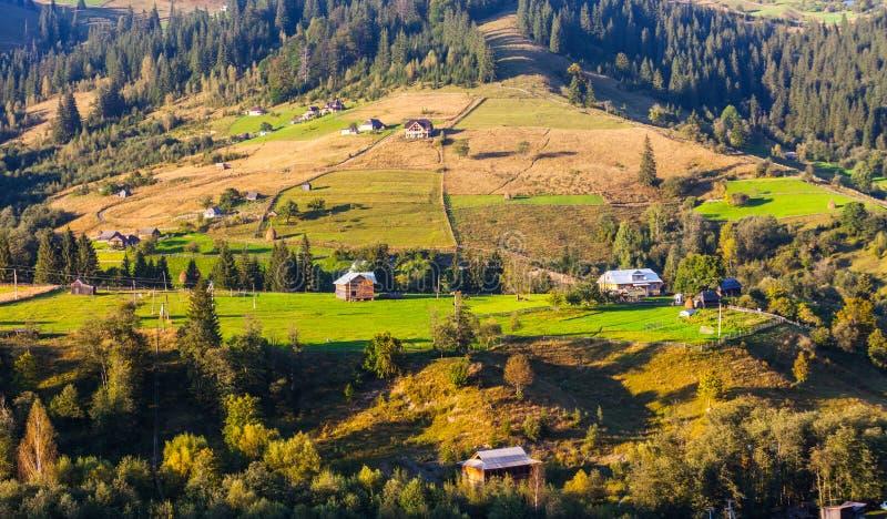 Download Naturaleza Hermosa De Las Montañas Y De La Colina En Verano Imagen de archivo - Imagen de montaje, casa: 44853139