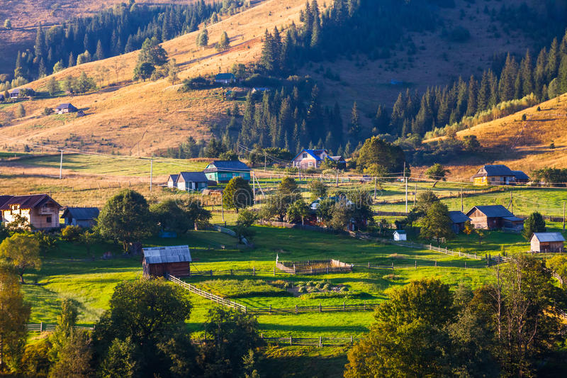 Download Naturaleza Hermosa De Las Montañas Y De La Colina En Verano Foto de archivo - Imagen de paisaje, bosque: 44853174