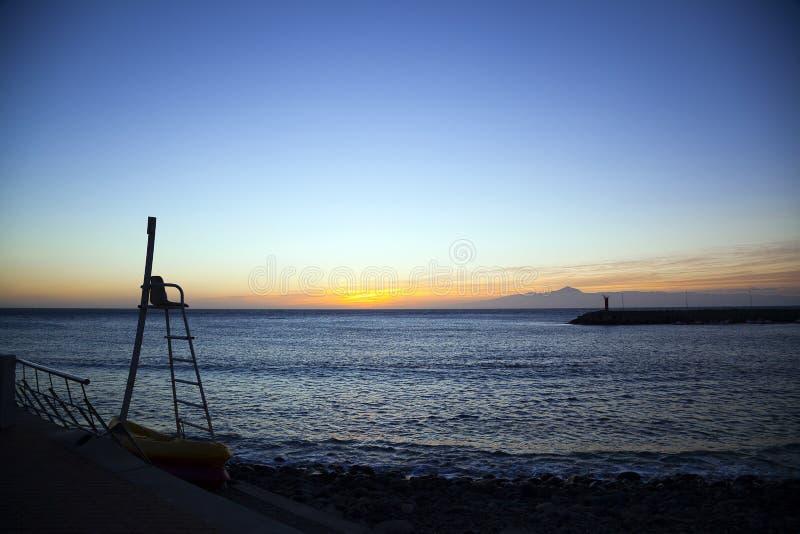 Naturaleza imponente en el océano de Gran Canaria, Canarias debajo de la bandera española imagenes de archivo