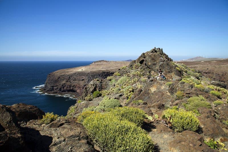 Naturaleza imponente en la costa costa de Gran Canaria, Canarias debajo de la bandera española imágenes de archivo libres de regalías