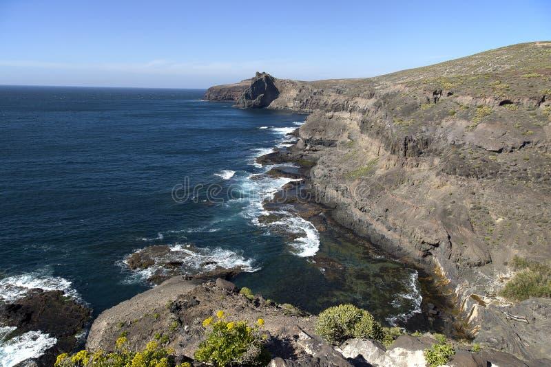 Naturaleza imponente en la costa costa de Gran Canaria, Canarias debajo de la bandera española fotografía de archivo libre de regalías