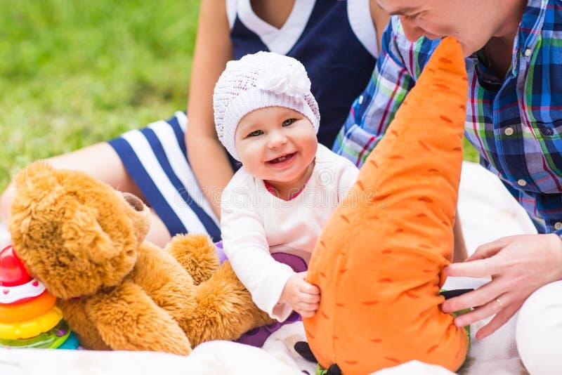Naturaleza juguetona del fin de semana de la comida campestre de la sonrisa del bebé imágenes de archivo libres de regalías