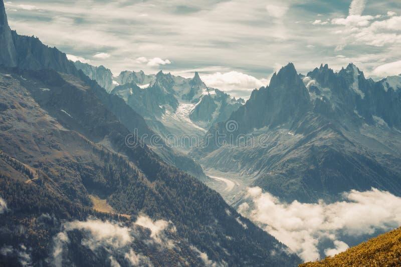 Naturaleza panorámica hermosa en las montañas fotografía de archivo libre de regalías