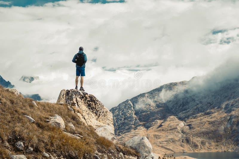 Naturaleza panorámica hermosa en las montañas foto de archivo