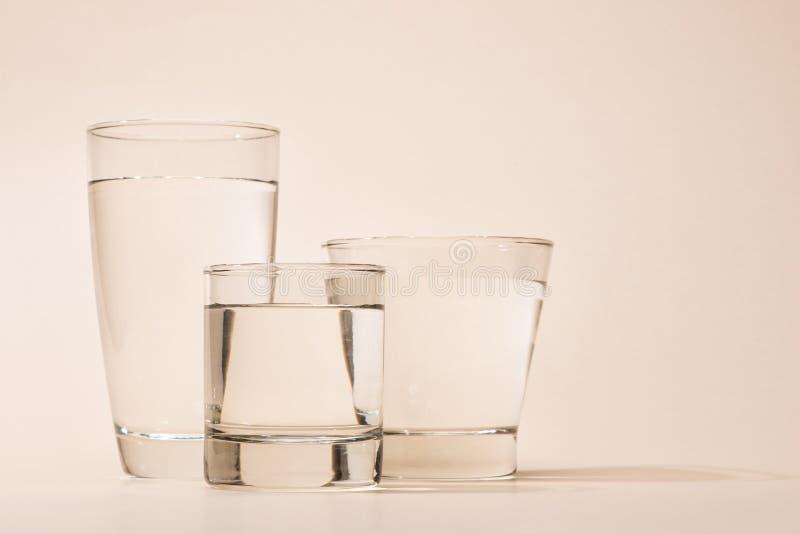 Naturaleza, purificación, frescura Vidrio de agua pura imagenes de archivo