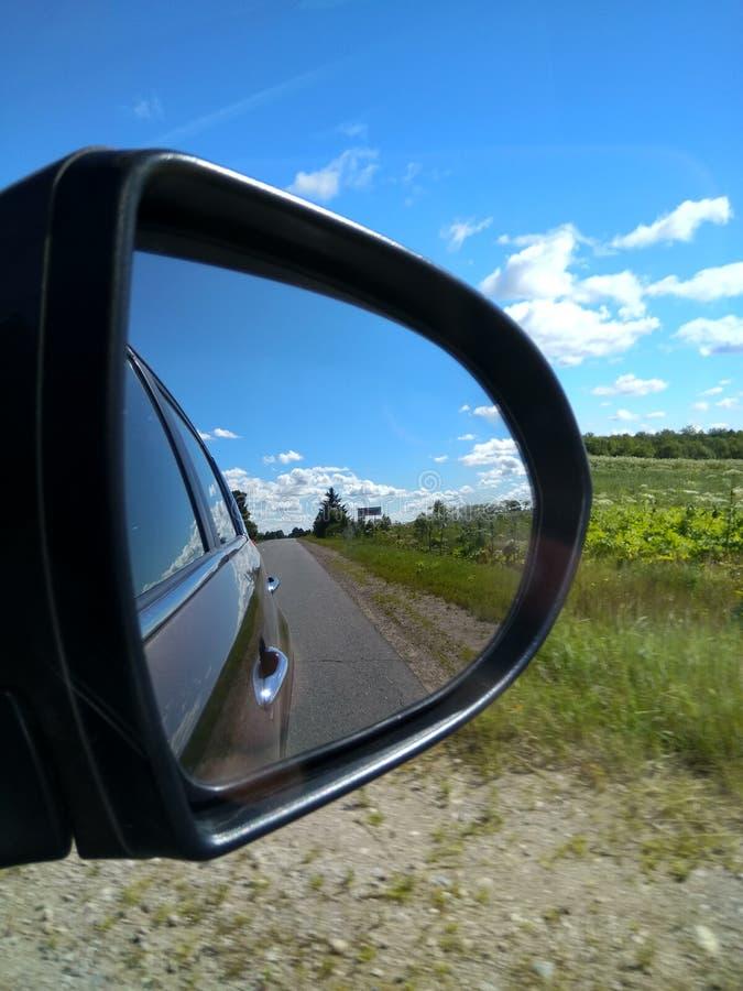 Naturaleza a través del espejo de coche fotografía de archivo