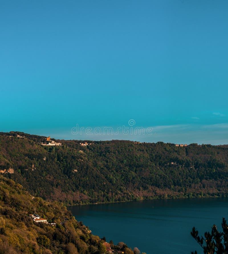 Naturaleza y agua, Albano Lake, Italia imagen de archivo