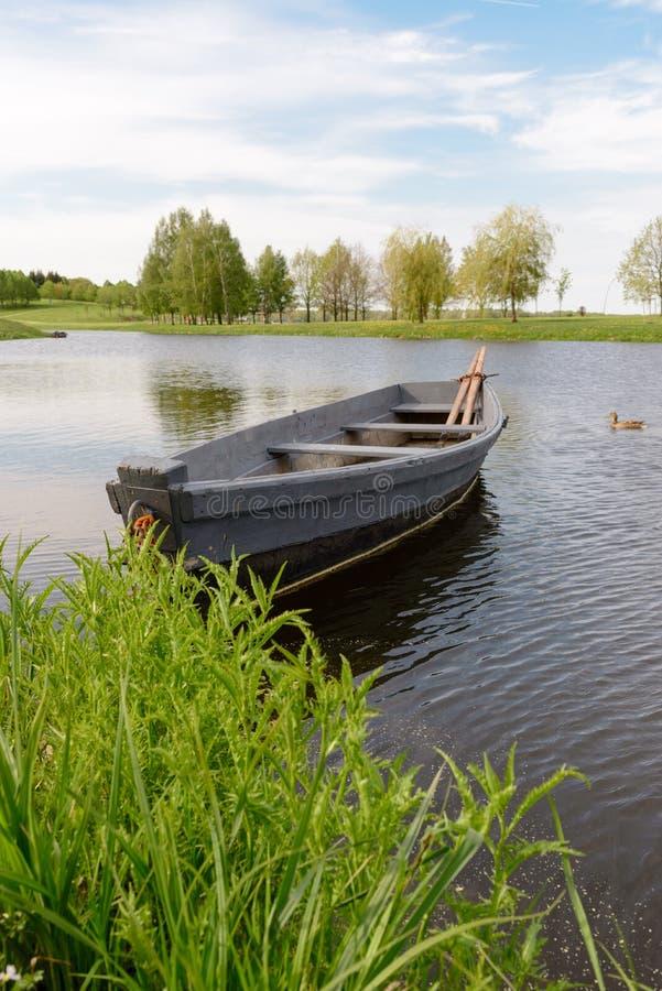 Naturaleza y barco en el agua agradable imagen de archivo