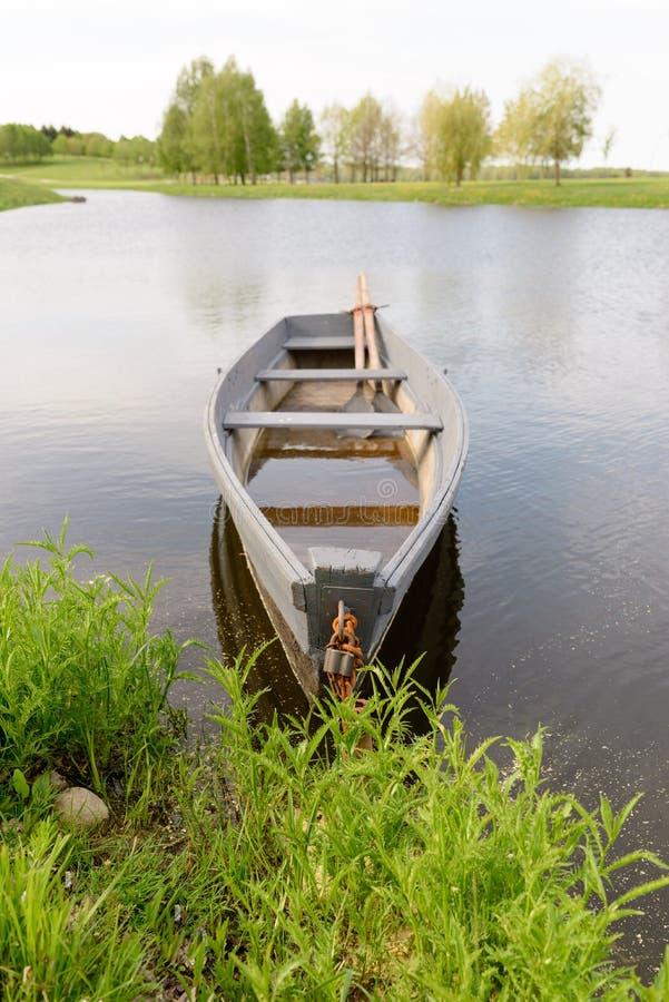 Naturaleza y barco en el agua agradable imágenes de archivo libres de regalías
