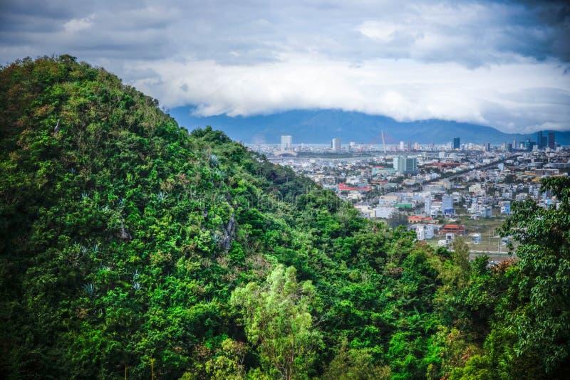Naturaleza y ciudad fotos de archivo