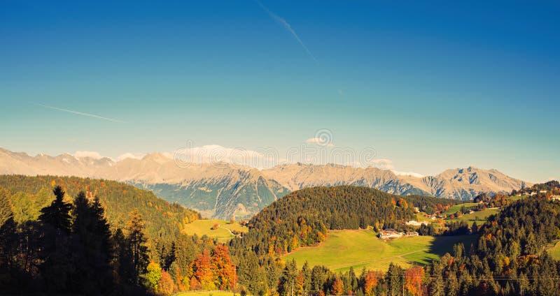 Naturaleza y montañas de los alrededores de Merano en la provincia del último otoño de Bolzano Italia foto de archivo