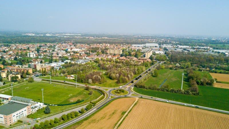 Naturaleza y paisaje, el municipio de Solaro, Milano: Vista aérea de un campo, de las casas y de los hogares, Italia imagenes de archivo