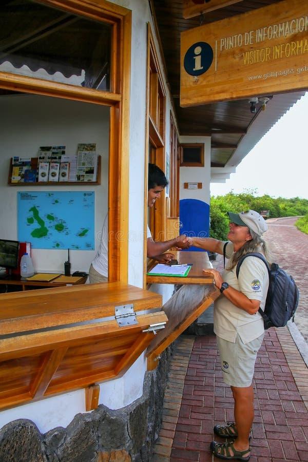 Naturalist som skakar händer med kommandosoldaten på Charles Darwin Resea arkivbild