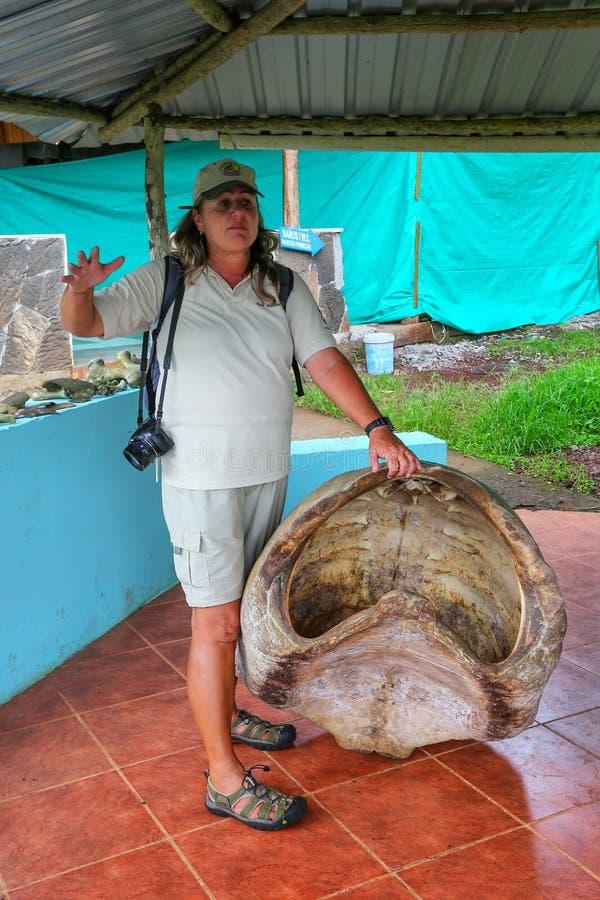 Naturalist som talar om skal Galapagos för jätte- sköldpadda på set arkivfoto