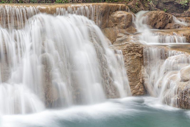 Naturalna bieżąca tekstura siklawa spada kaskadą w Tajlandia, Erawa zdjęcia royalty free