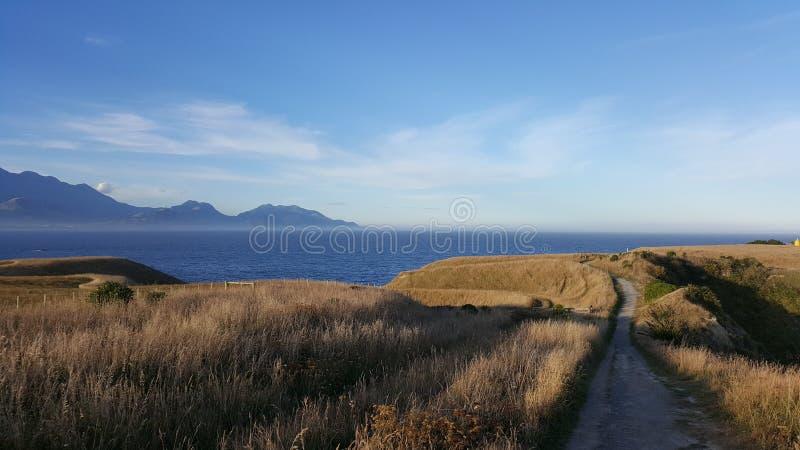 Naturalna krajobrazowa długa droga iść w kierunku krawędzi faleza zdjęcia royalty free
