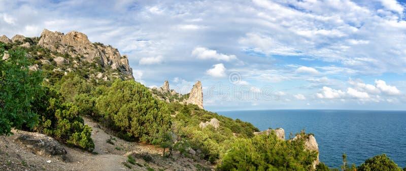 Naturalna rezerwa góra Karaul-Oba, Crimea, miasto Sudak, Czarny morze zdjęcie stock