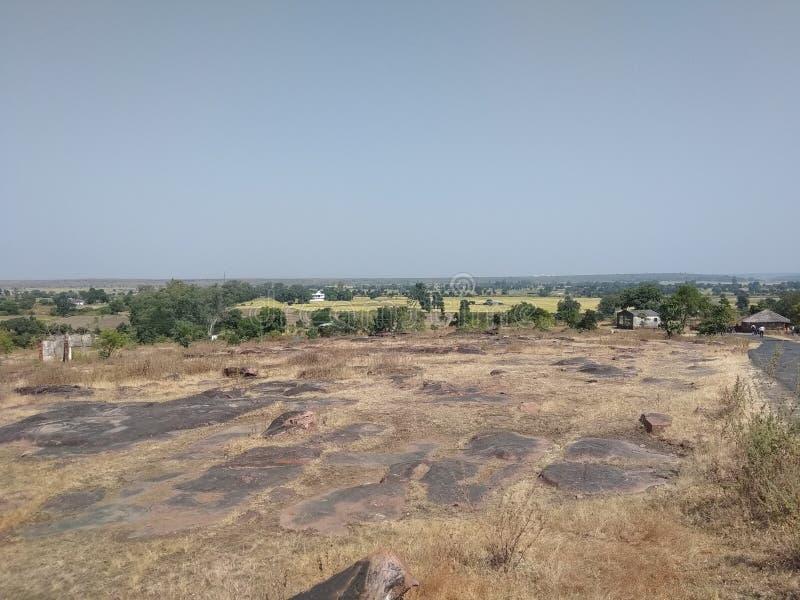 NATURALNA sceneria BLISKO BHIMBETKA skały SHELTERSNEAR BHOPAL, INDIA zdjęcia stock