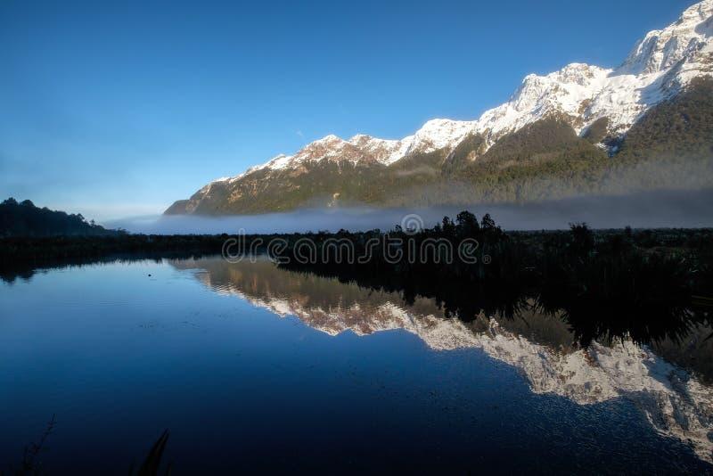 Naturalna, spokojna krajobraz jezior lustrzanych wzdłuż Autostrady Te Anau do Milford Sound, Southland, Nowa Zelandia obraz stock