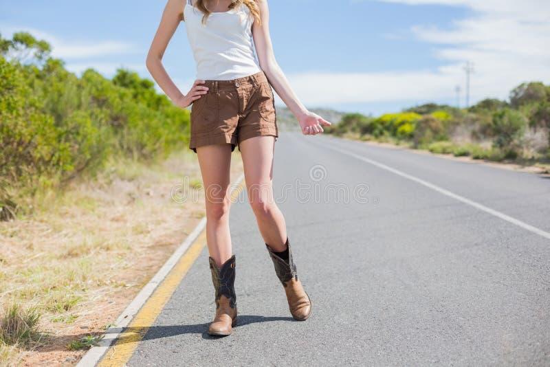 Naturalna szczupła kobieta hitchhiking fotografia stock