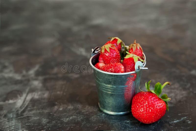Naturalna tekstura dojrzałe truskawki Sztandar truskawki w wiadrze w górę miniatura galwanizującej kopii przestrzeni i obraz stock