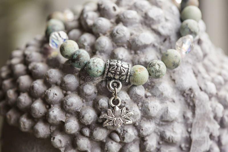Naturalna turkusu kamienia joga bransoletka z lotosowym breloczkiem zdjęcia stock