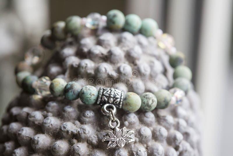 Naturalna turkusu kamienia joga bransoletka z lotosowym breloczkiem fotografia stock