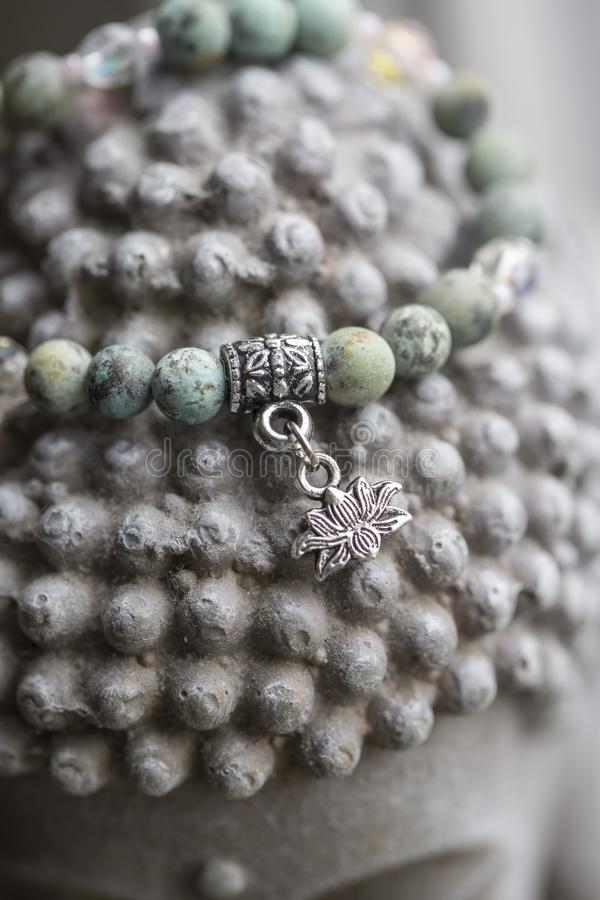 Naturalna turkusu kamienia joga bransoletka z lotosowym breloczkiem fotografia royalty free