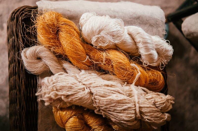 Naturalne żółte jedwabnicze nici i bawełny włókna rolki fotografia stock