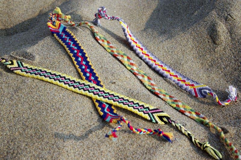 Naturalne bransoletki przyjaźń z rzędu, kolorowe wyplatać przyjaźni bransoletki, tło, tęcza barwią, w kratkę wzór obrazy stock