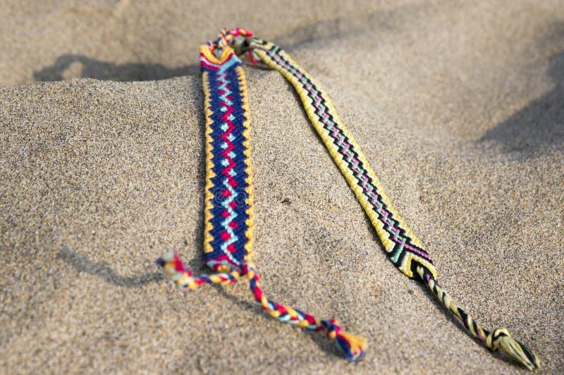 Naturalne bransoletki przyjaźń z rzędu, kolorowe wyplatać przyjaźni bransoletki, tło, tęcza barwią, w kratkę wzór zdjęcia royalty free