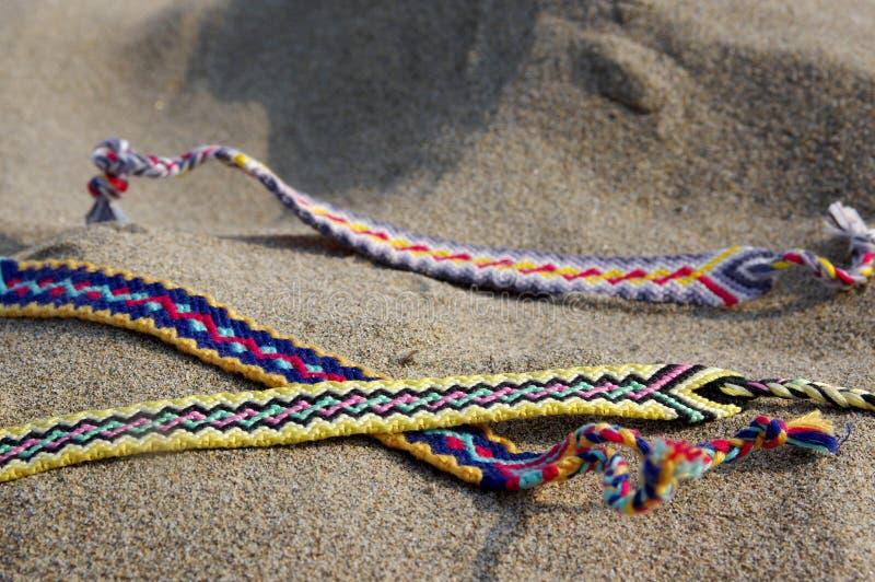 Naturalne bransoletki przyjaźń z rzędu, kolorowe wyplatać przyjaźni bransoletki, tło, tęcza barwią, w kratkę wzór zdjęcia stock