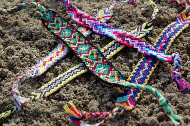 Naturalne bransoletki przyjaźń z rzędu, kolorowe wyplatać przyjaźni bransoletki, tło, tęcza barwią, w kratkę wzór obraz stock
