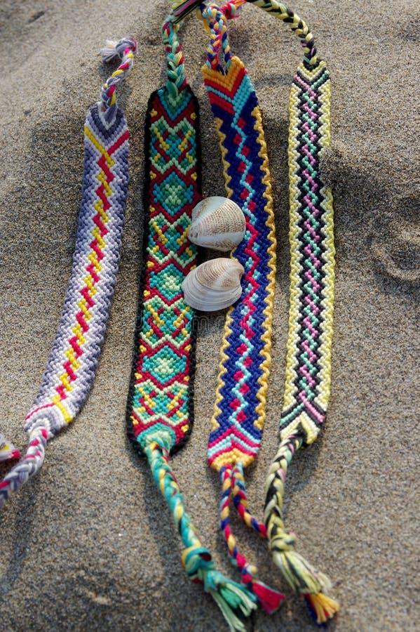 Naturalne bransoletki przyjaźń z rzędu, kolorowe wyplatać przyjaźni bransoletki, tło, tęcza barwią, w kratkę wzór zdjęcie stock