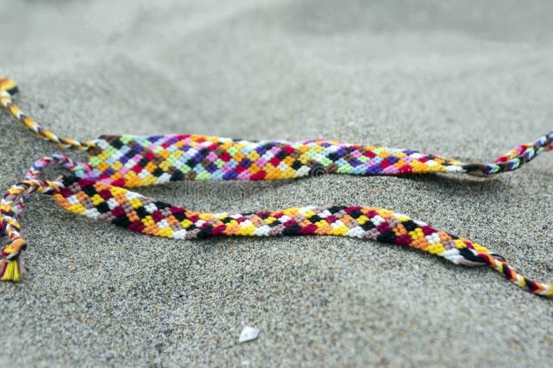Naturalne bransoletki przyjaźń z rzędu, kolorowe wyplatać przyjaźni bransoletki, tło, tęcza barwią, w kratkę wzór zdjęcie royalty free