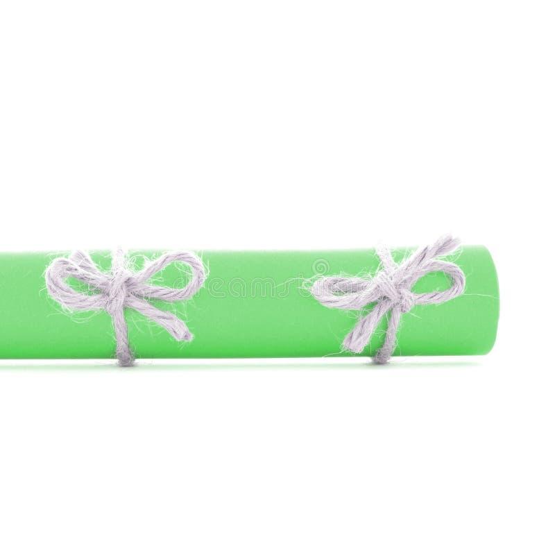 Naturalne handmade sznur kępki wiązać na zielonego papieru rolce odizolowywającej obrazy royalty free