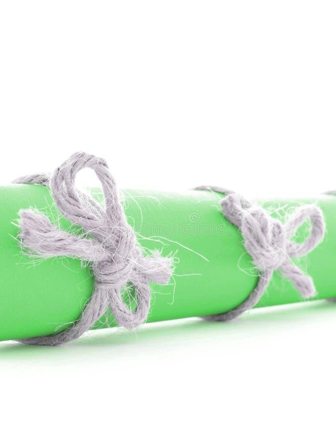 Naturalne handmade sznur kępki wiązać na zielonej wiadomości rolce odizolowywającej obrazy royalty free
