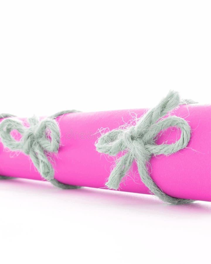 Naturalne handmade sznur kępki wiązali na różowej wiadomości ślimacznicie odizolowywającej zdjęcie royalty free