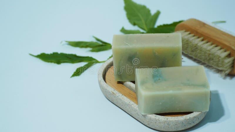 Naturalne mydła domowe na uchwycie mydlanym z liśćmi i pędzelkami na białym tle zdjęcie royalty free