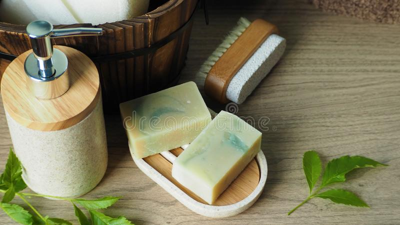 Naturalne mydła organiczne na uchwycie na mydło i zestaw kąpielowy z zielonymi liśćmi obrazy stock