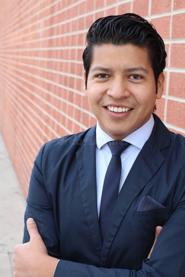 Naturalnego młodego biznesmena uśmiechnięty skrzyżowanie jego ręki zdjęcie stock