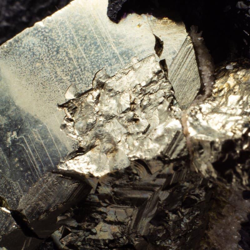 Naturalnego złotego pirytu makro- tekstura zdjęcia stock