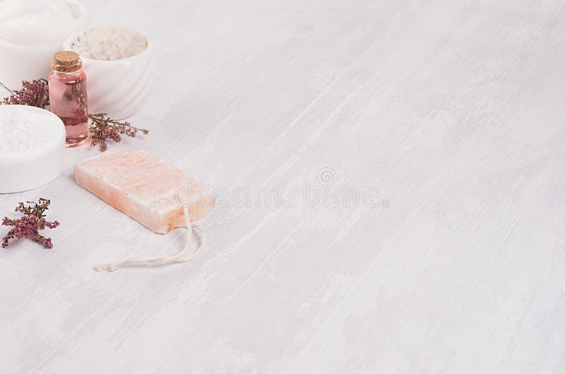 Naturalnego zdroju biali, różowi kosmetyków produkty i, kopii przestrzeń fotografia royalty free