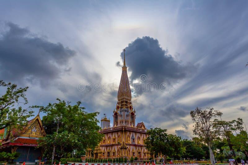 naturalnego zjawiska słońce huśta się w okręgu nad Chalong świątynia obrazy stock