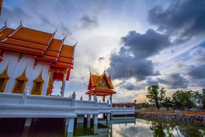 naturalnego zjawiska słońce huśta się w okręgu nad Supa świątynia obraz royalty free