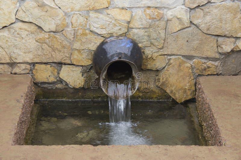 Naturalnej wiosny woda, ścienny źródło wody obrazy royalty free
